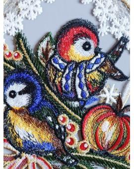 """Winter-Fensterbild """"Wintervögelchen"""" farbenfroh gestickt Echte Plauener Spitze"""
