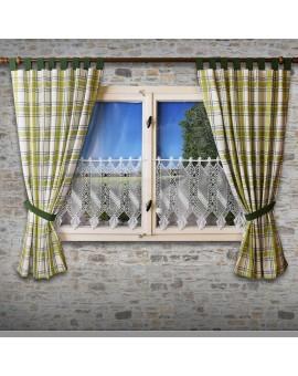Landhaus-Schlaufenschal Hetty Grün kariert Beispielbild an einem Fenster