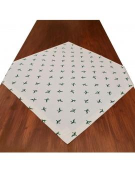 Mitteldecke Knut grün mit Hirsch auf dem Tisch