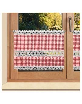 Scheibengardine Leni rot kariert mit Plauener Spitze am Fenster