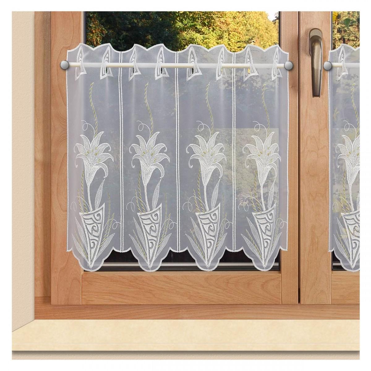 Stickerei-Scheibengardine Lilie Plauener Spitze an einem Fenster