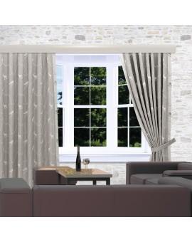 Landhaus-Dekoschals Breno mit Steinbock grau am Fenster