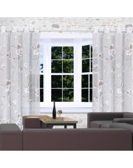 Seitenschal Yari mit Blumen-Muster und Ösen am Fenster dekoriert